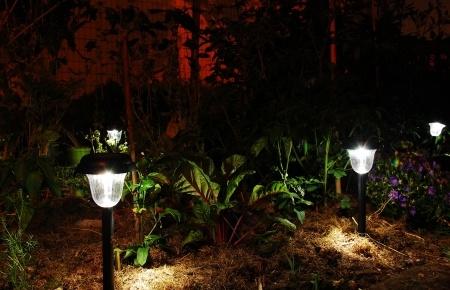 solarleuchten f r den garten stimmungsvolle beleuchtung mit der energie der sonne. Black Bedroom Furniture Sets. Home Design Ideas