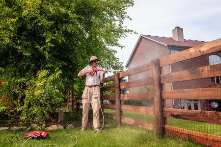 Gartenzaun mit Hochdruckreiniger säubern