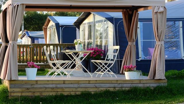 Holzpavillon im Garten