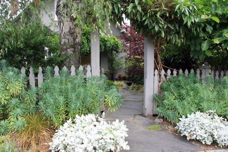 Einfahrt Und Vorgarten Liebevoll Gestalten Gartenmagazine De