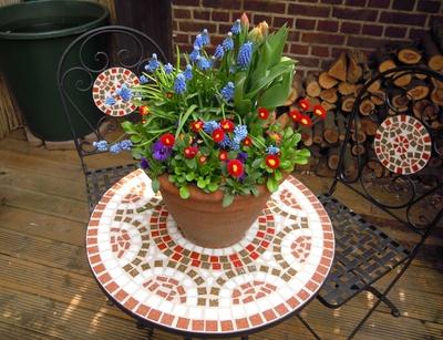Gartentisch mit Mosaik